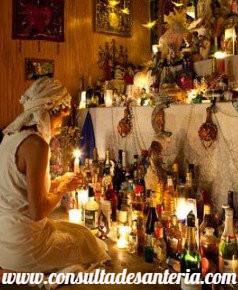 santera delante de altar