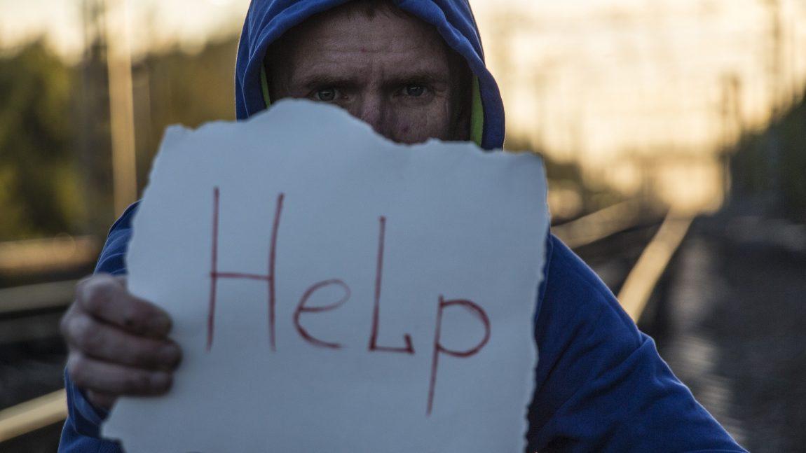 hombre con papel pidiendo ayuda